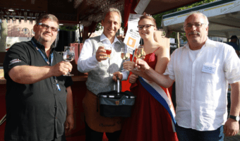 """Heute Abend fand die offizielle Eröffnung des neuen """"Biergartens mit Wein & Speisen"""" unter dem Motto """"Oberurseler für Oberursel - mit Abstand die Besten"""" am Rathausplatz statt."""