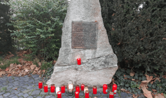 In Gedenken an die Novemberpogrome von 1938 werden heute Kerzen am Gedenkstein für die Opfer des Krieges und der Gewaltherrschaft am Rathausplatz in Oberursel aufgestellt.